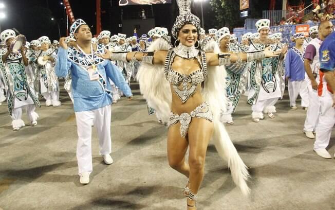 Passista da União da Ilha, Bruna Bruno desfilou com fantasia incrementada em 2013