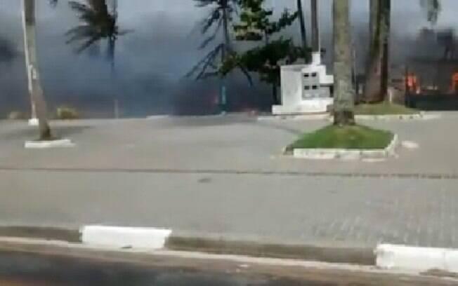 Incêndio destrói quiosques na praia da Enseada, em Guarujá, nesta segunda-feira (6)