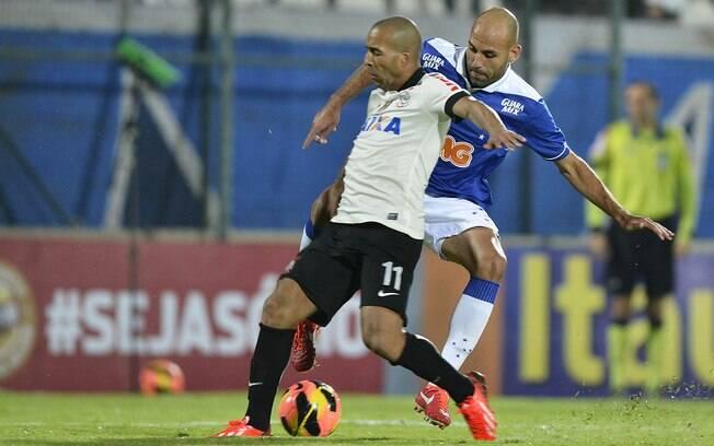 Emerson Sheik tenta proteger a bola da  marcação de Bruno Rodrigo