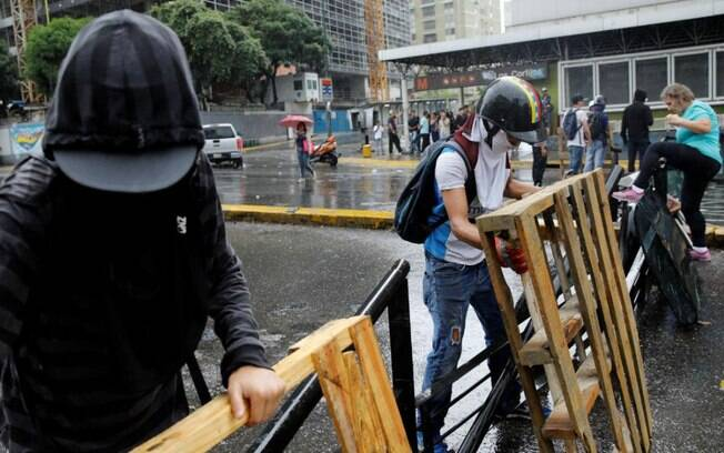 Muitos cidadãos têm estocado alimentos devido à severa crise econômica sofrida pela Venezuela há dois anos