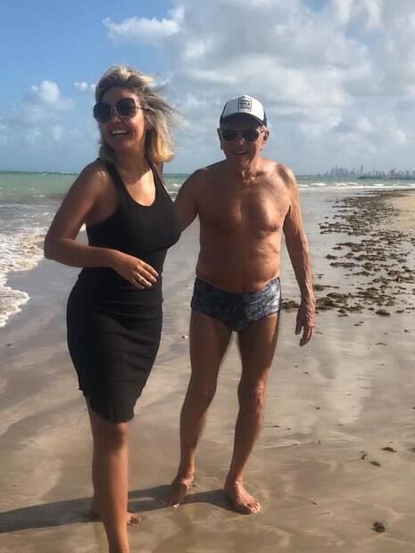 Carlos Alberto de Nobrega posa ao lado da esposa na praia em João Pessoa