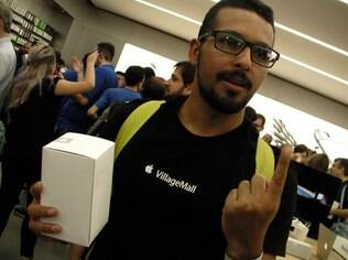 Eugênio Oliveira, 1º da fila, com a caixa com a camiseta de brinde: 'vim só prestigiar'