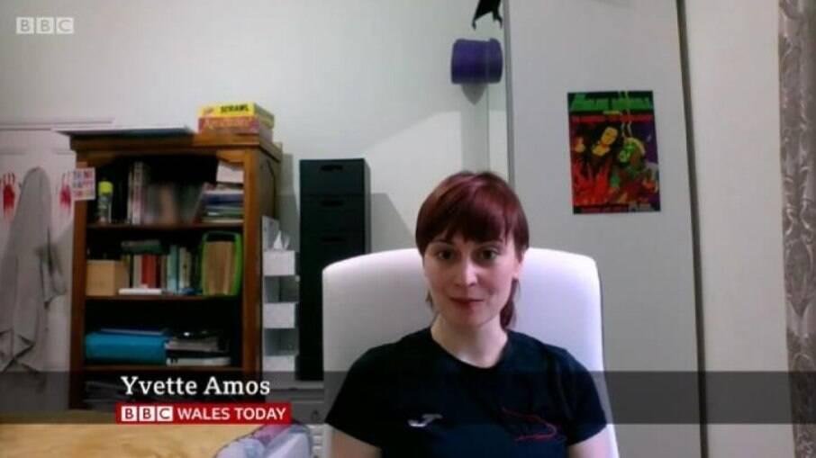 Mulher deixa pênis de borracha à mostra durante entrevista na BBC