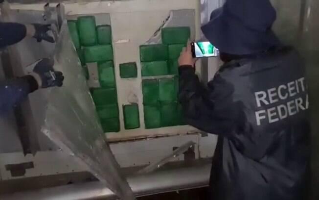 Os tabletes de cocaína estavam escondidos na parece do contêiner.