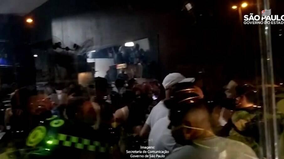 Festa clandestina flagrada na zona leste da capital tinha som de DJ e banda contratada