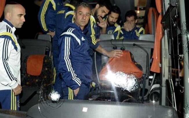 Ônibus do clube turco Fenerbahce foi alvo de tiros na noite deste sábado