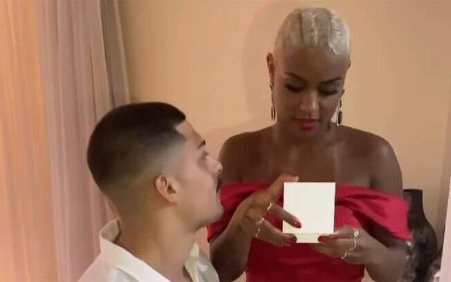 MC Rebecca dá Iphone 12 e dois tênis para o namorado e ganha pulseira