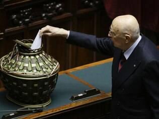 O ex-presidente italiano, Giorgio Napolitano, deposita seu voto durante a sessão de votação para a eleição do novo presidente da Itália, em Roma