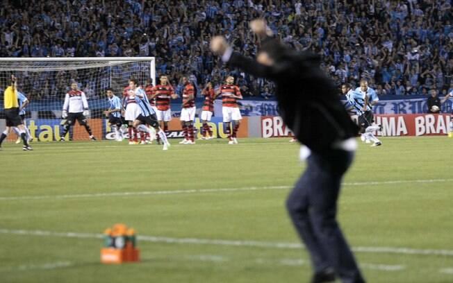 O técnico Vanderlei Luxemburgo comemora gol  do Grêmio sobre o Atlético-GO