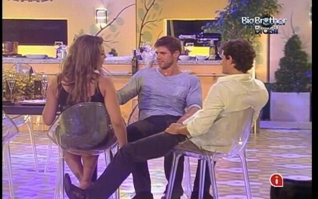 Em conversa com os brothers, Fiona propõe sexo a três