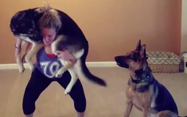 Agachamento com cachorro é nova mania das redes sociais