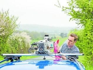Em campo. Mark Williams, engenheiro de sistemas da Nokia, limpa câmera do serviço de mapas Here na Inglaterra