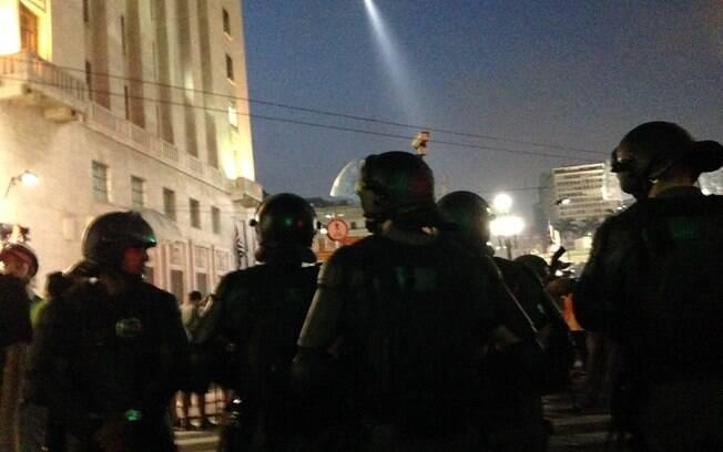 Bombas e fogos de artifício próximo à sede da prefeitura de São Paulo