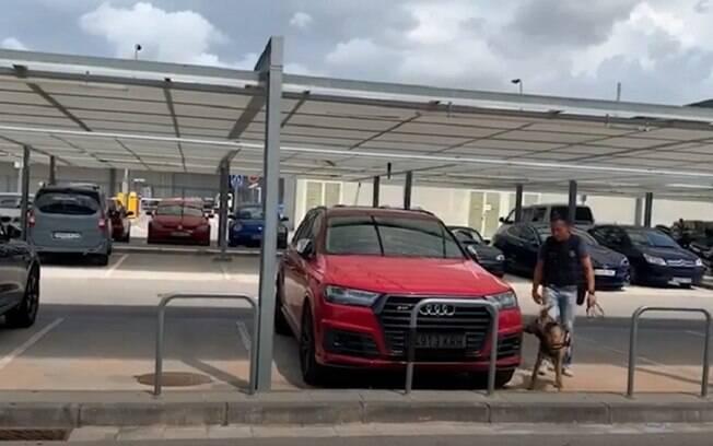 Falsa ameaça de bomba nos carros de Messi e Suárez deslocou equipe especializada ao aeroporto de Barcelona