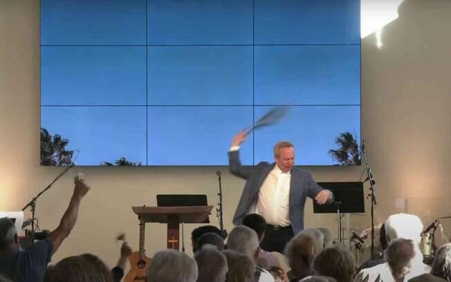 Pastor da Califórnia faz performance diante dos fiéis