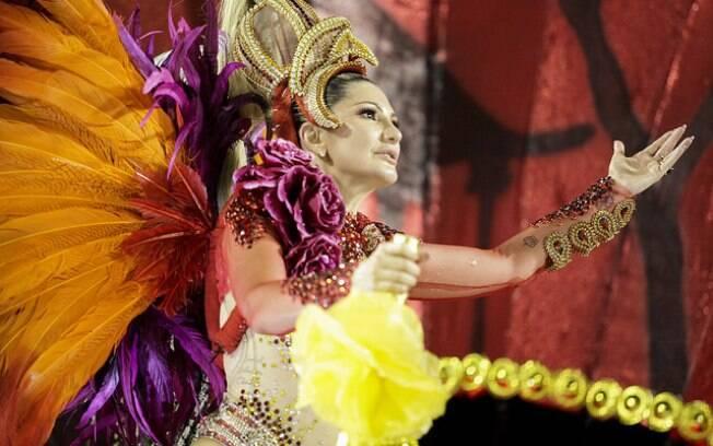 Antonia Fontenelle desfila com fantasia luxuosa avaliada em 15mil