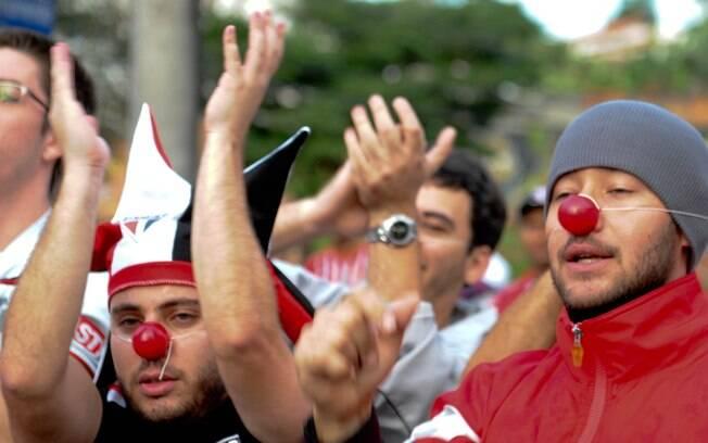 Torcedores usaram nariz de palhaço para  protestar contra a diretoria são-paulina