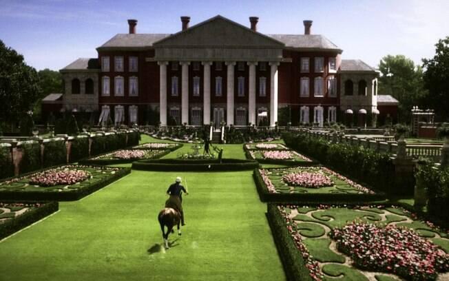O jardim da mansão dos Buchanan é um dos destaques do filme hollywoodiano