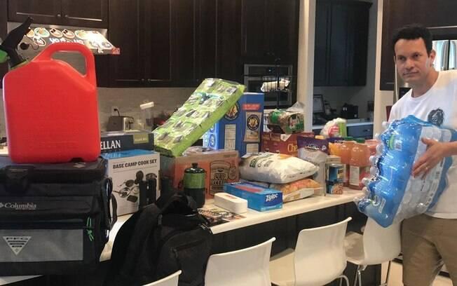 Daniel Pavel mostrou em vídeo os mantimentos que compraram para esperar o furacão Dorian