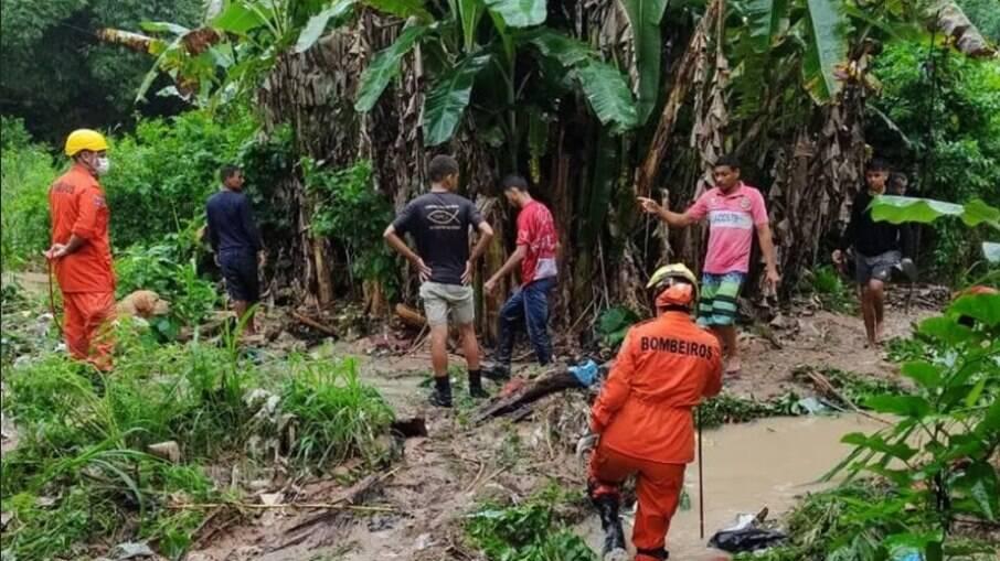 Bebê é encontrado morto após ser levado por deslizamento de terra em Maceió
