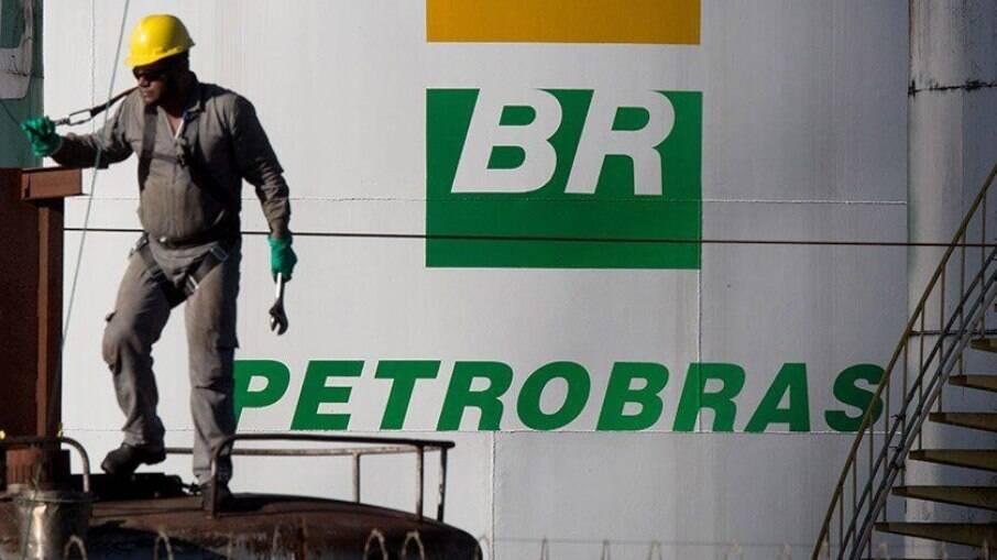Ações da Petrobras despencaram nesta segunda-feira (22), após Bolsonaro interferir politicamente na empresa
