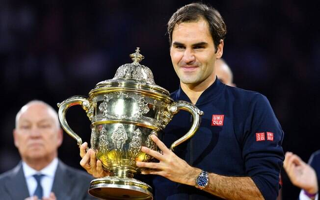 O tenista Roger Federer com o 99º troféu de sua carreira, o novo conquistado em seu país natal