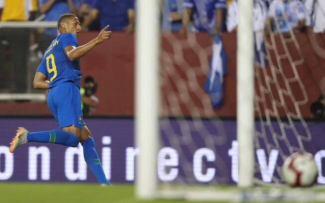Em seu primeiro jogo com a camisa do Brasil, Richarlison se destacou com dois gols marcados e um pênalti sofrido