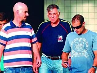 Paulo Roberto Costa (centro) foi transferido para sede da Polícia Federal em Curitiba