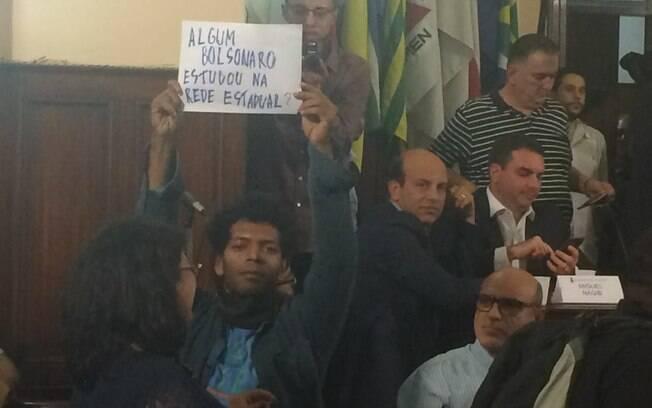 Foto do momento em que professor era analisado por Queiroz