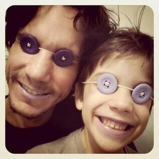 Teodoro e o pai se divertem com adereços feitos em casa