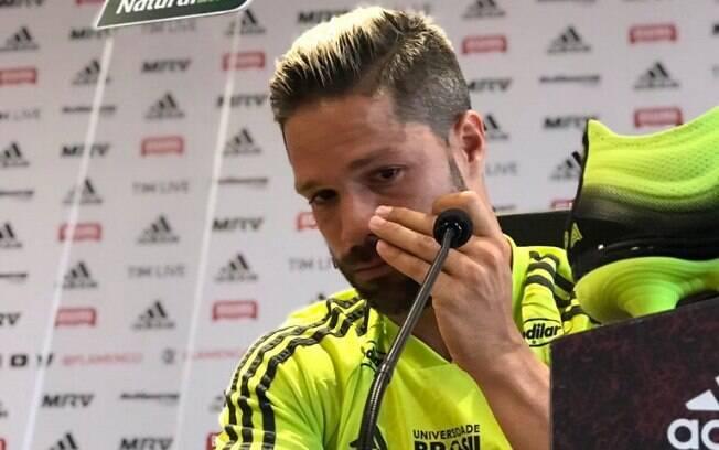 Diego chorou em determinado momento da entrevista sobre a tragédia no Flamnengo