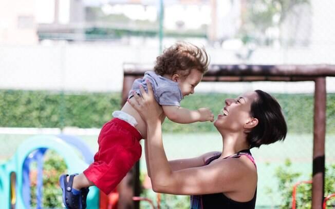 Gabriella brinca com o filho Pedro: limites de tempo e dinheiro impedem os planos de um segundo filho