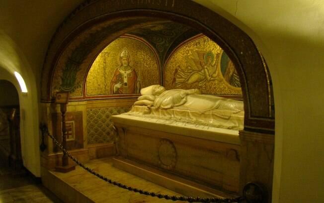 Nas grutas do Vaticano estão os túmulo de São Pedro e de diversos papas, reis e rainhas