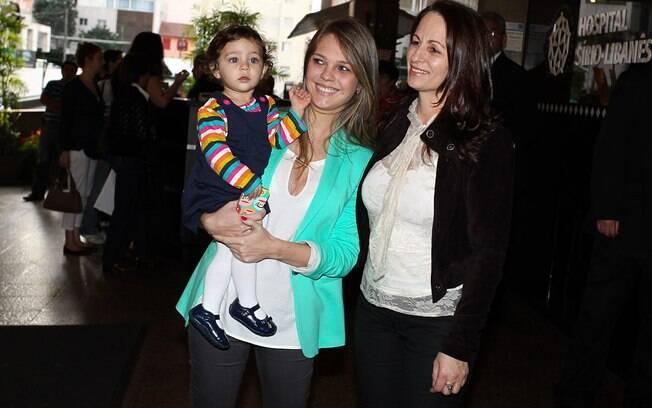 A mulher de Pedro Leonardo, Thais Gebelein, com a filha do casal, Maria Sophia, e a mãe do cantor, Maria Aparecida Dantas