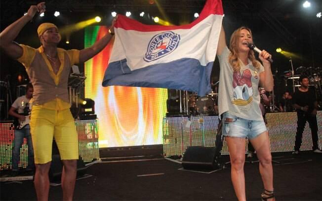 Os dois cantores seguram a bandeira da Bahia e Claudia agradece pelo