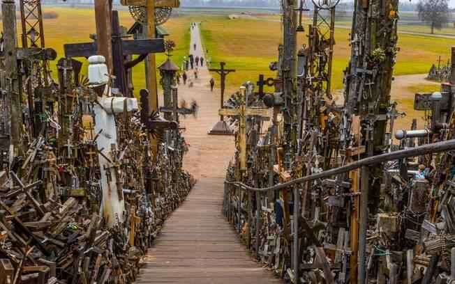 São mais de 100 mil cruzes, crucifixos e imagens religiosas na Colina das Cruzes, lugar sombrio, mas de