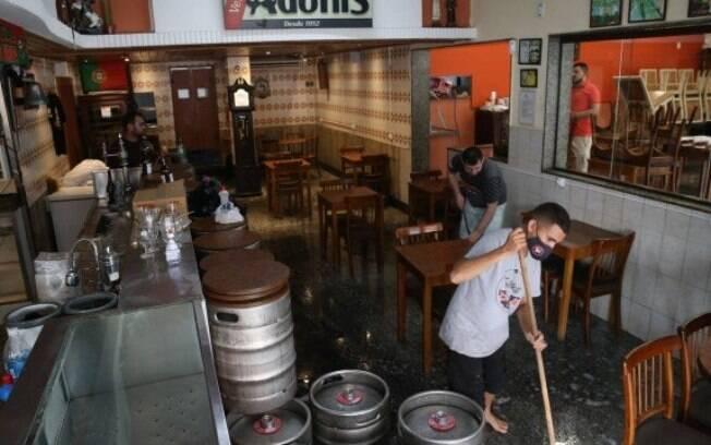 Bares reduzem número de mesas e passam por limpeza para voltarem a receber os clientes