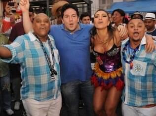 Wilsinho (camisa azul), antes do Carnaval com Sabrina Sato e os mestres Paulinho e Wallan