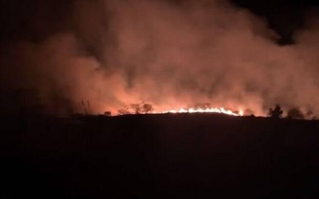 Área de proteção ambiental pegou fogo em Sousas, nesta terça-feira.