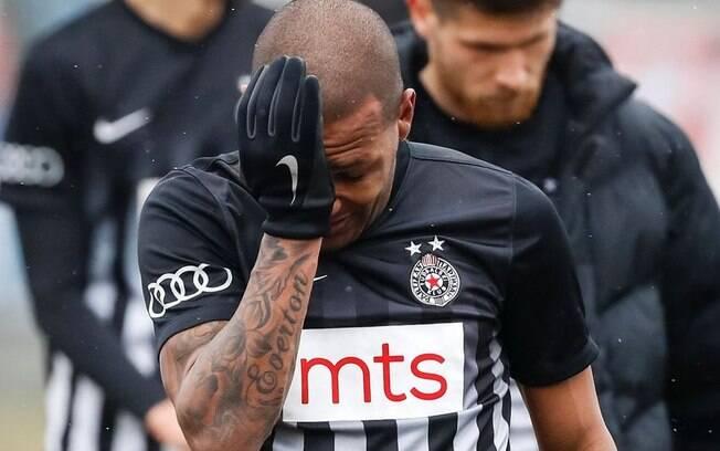 Brasileiro Everton Luiz foi alvo de racismo durante jogo do Campeonato Sérvio