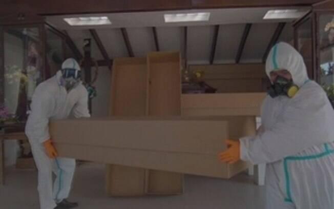 Caixões de papelão sendo carregados na Bolívia