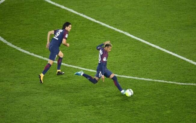 Atrito entre Neymar e Cavani se deu após disputa para saber quem bateria falta e pênalti