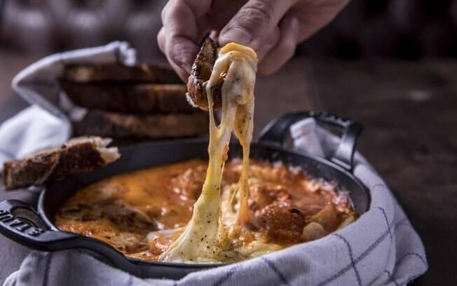 Ovos no purgatório combinam ovos e muito queijo, e o prato é uma boa pedida para um almoço ou jantar na segunda sem carne