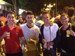 Entre os torcedores que estiveram na região, grupo de amigos levou caixa de isopor com bebidas