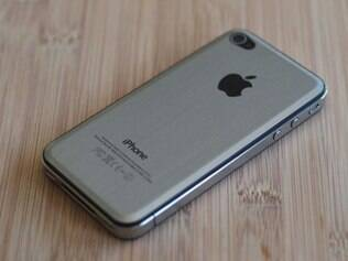iPhone 4 modificado com traseira de metal simula possível acabamento do iPhone 5