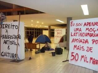 Estudantes que estavam acampados deixaram o prédio na tarde desta segunda-feira