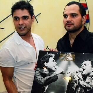 Zezé di Camargo e Luciano recebem homenagem de fãs