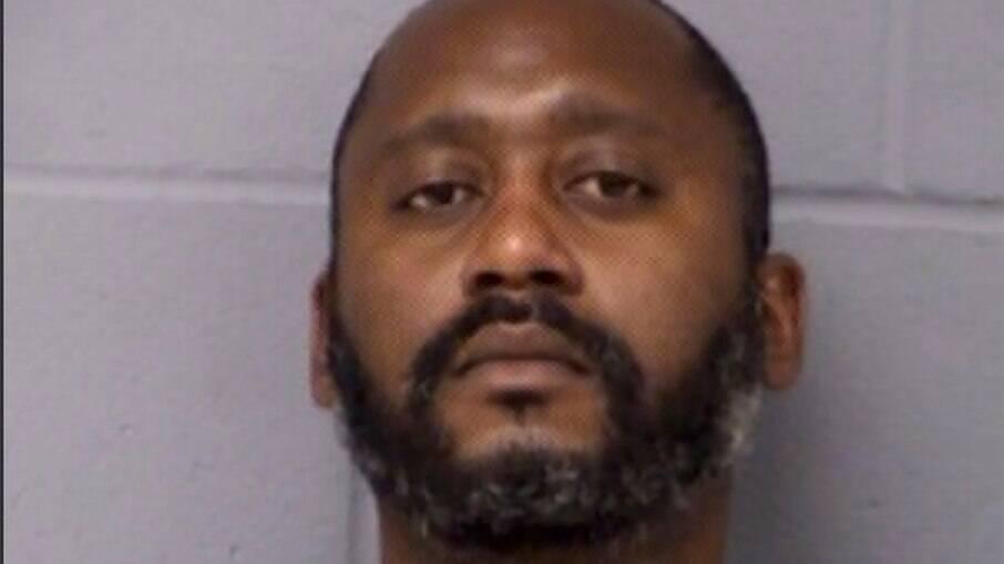 Stephen Broderick é preso como suspeito no assassinato de sua mulher, filha e namorado