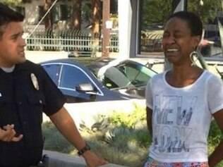 A atriz foi algemada e obrigada a entrar na viatura policial após negar mostrar seu documento de identidade aos policiais