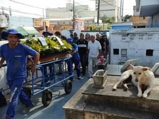 Enterro do coronel reformado do Exército, Paulo Malhães, no cemitério de Nova Iguaçu, na Baixada Fluminense (Fernando Frazão/Agência Brasil)